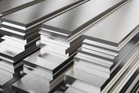 Großaufnahme von gestapelten Stahlbarren